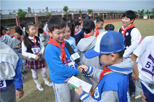 新华小记者走进明德外国语小学校运会